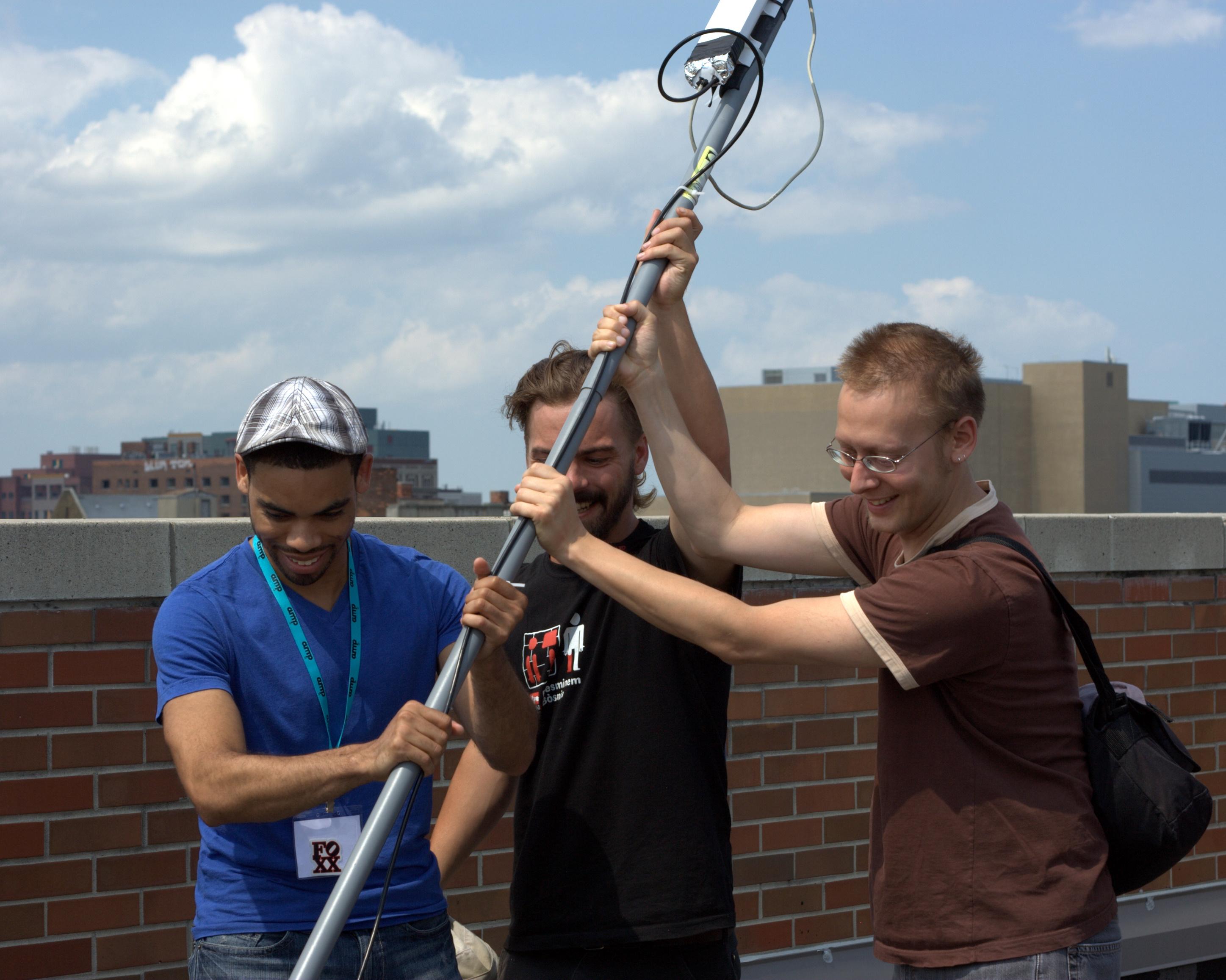 reston Rhea – Licence CC BY-SA 2.0. Montage d'un routeur (antenne) MESH-Wi-Fi installé sur un toit du quartier de MidTown à Détroit, juin 2011.